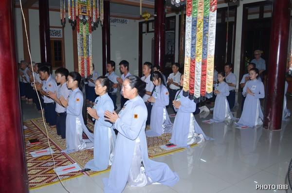Các Trại sinh Lễ Phật trước Chánh điện Tu viện Long Quang
