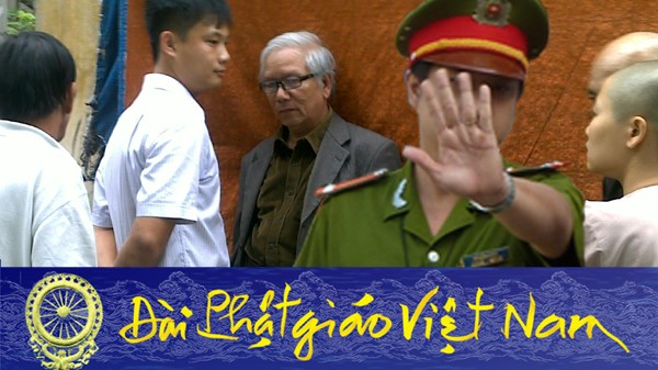 """""""Hình chụp ỡ chùa Giác Minh bị Võ văn Ái dùng Photoshop bỏ tên công an vào để đăng TCBC về việc CS gây rối trước nhà ông LC Cầu ở Huế- Ngày22/9/2017"""