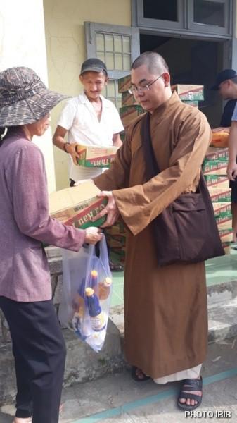 Thầy Chúc Văn phát quà cho dân nghèo