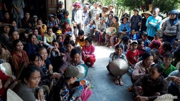 Đồng bào chờ đợi phát quà tại Chùa Long Sơn, Xã Xuân Thọ 2, Huyện Sông Cầu, Tỉnh Phú Yên