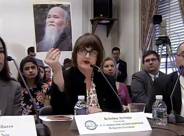 Bà Kristina Arriaga, Phó Chủ tịch Uỷ hội Hoa Kỳ Bảo vệ Tự do Tôn giáo Trên Thế giới đưa bức hình Đức Tăng Thống Thích Quảng Độ và nói về trường hợp Cộng sản giam cầm hợp Ngài