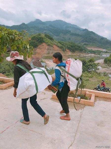 Dân nghèo nhận quà đang trên đường về nhà