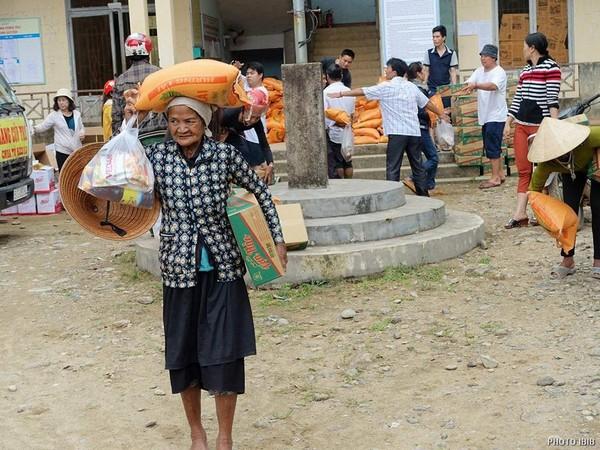 Cụ già :tay phải gói quà,tay trái thùng mì,đầu đội 10 kg gạo, thật tội nghiệp
