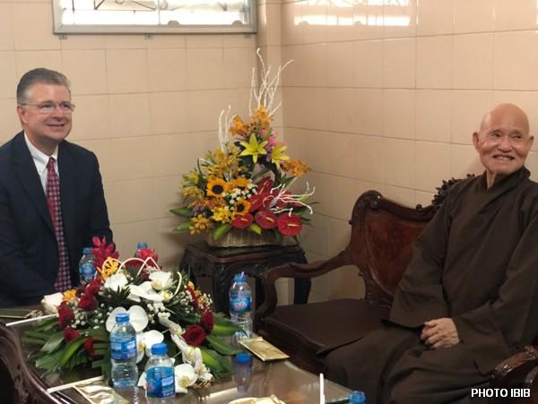 Ông Tân Đại sứ Hoa Kỳ Daniel Kritenbrink và Đức Tăng Thống Thích Quảng Độ