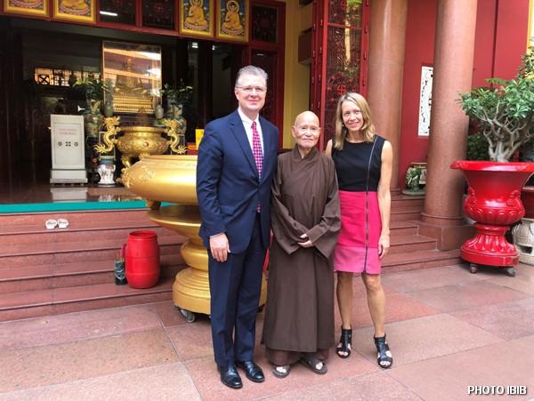 Tân Đại sứ Hoa Kỳ Daniel Kritenbrink, Đức Tăng Thống, và Bà Tổng Lãnh sự Mary Tarnowka