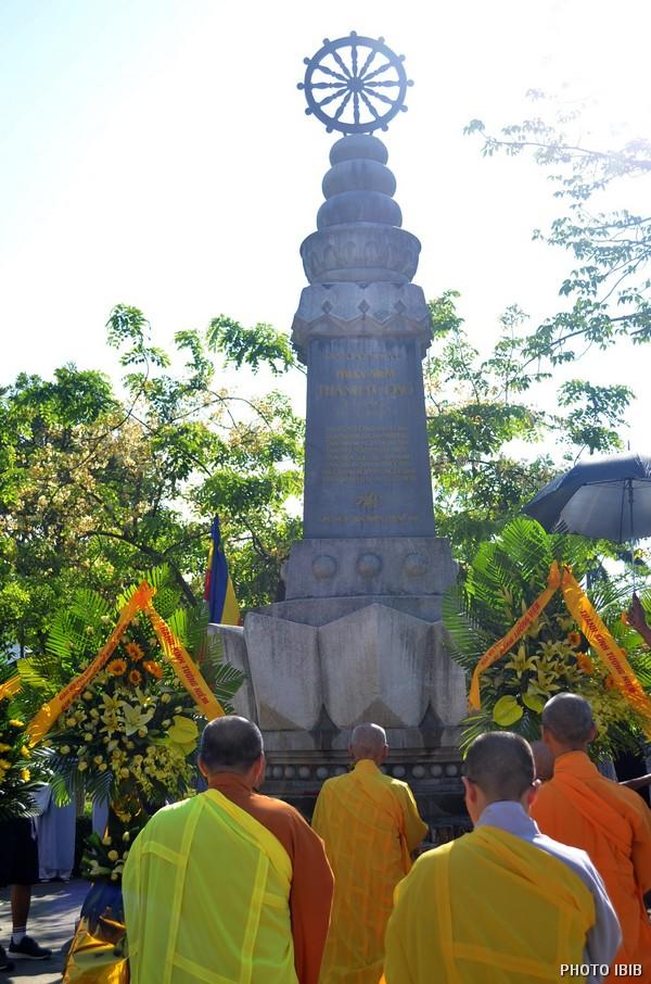 Trước Đài Tưởng niệm Thánh Tử Đạo gần cầu Trường tiền Huế