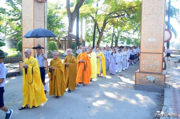 Chư Tăng và Phật tử đến Đài Tưởng niệm Thánh Tử Đạo, Huế, dâng hương