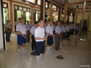 Huynh trưởng Cấp Tấn lễ Phật tại Chánh điện
