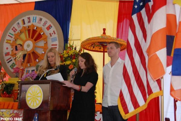 Từ phải qua trái : ông Kris Andersen, bà Sarah Wasserman phát biều về cuốn phim phỏng vấn Đại lão Hòa thượng Thích Quảng Độ tại Saigon, bên cạnh là chị Ỷ Lan dịch sang tiếng Việt