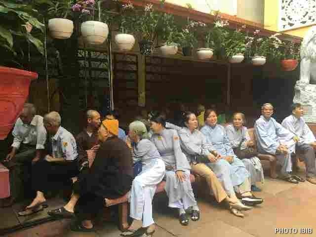 Tề tựu chờ nhau dưới sân Thanh Minh Thiền Viện để bái yết Đức Tăng Thống
