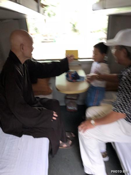 Đức Tăng Thống trong toa tàu 9 giờ sáng ngày 5.10.2018 chạy về Thái Bình, miền Bắc