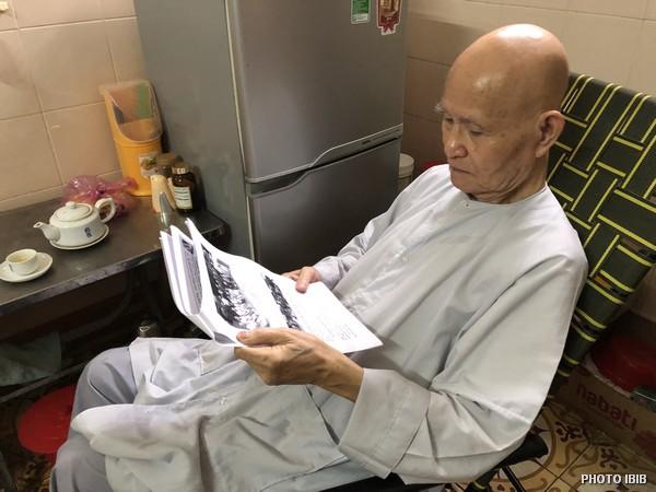 Le Patriarche de l'EBUV Thích Quảng Độ lisant un communiqué du BIIB dans sa chambre du Monastère Zen Thanh Minh à Saigon, le 3 septembre 2018
