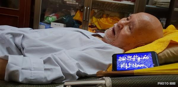 Đức Tăng Thống nằm nghe Đài Phật giáo Việt Nam phát thanh từ Paris. Hình chụp ngày 21.7.2018