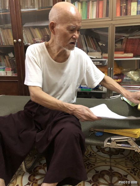 Đức Tăng Thống ngồi làm việc trên giường ở liêu phòng Thanh Minh Thiền Viện. Hình chụp ngày 12.5.2018