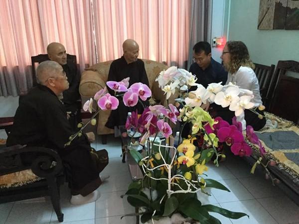 Thích Quảng Độ (au centre) et Pamela Pontius du Consulat américain (à droite)