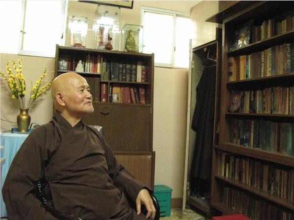"""Đức Tăng Thống Thích Quảng Độ tại một Thiền viện ở Saigon, nơi ngài bị quản chế. Ngài nói với ước nguyện đơn giản chống bất bao dung đã """"đẩy tôi vào con đường san sát tù ngục, tra tấn, lưu đày và giam cầm…"""" Aude Genet/AFP – Getty Images"""