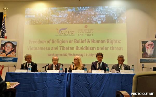 Hội luận Phần 1, các diễn giả từ trái sang phải : Tiến sĩ Tenzin Dorjee, Cư sĩ Võ Văn Ái, Bà Ỷ Lan (Điều hợp chương trình), Ông Matteo Mecacci, Dân biểu Alan Lowenthal